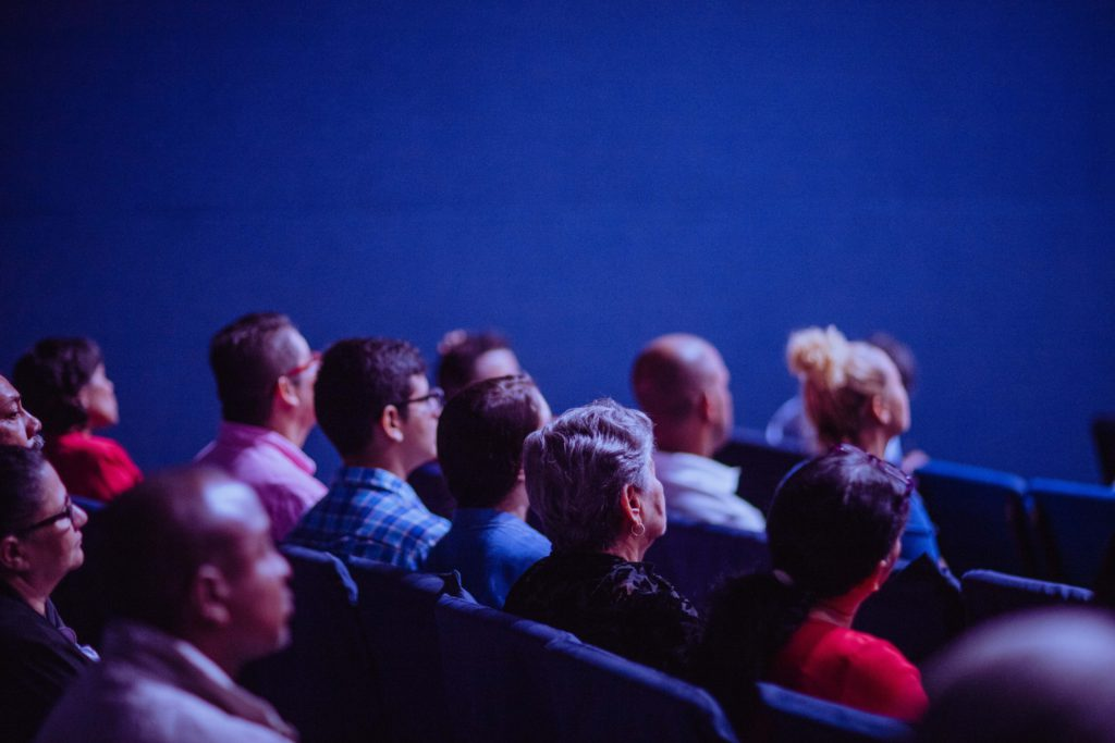 New comedians usually find it hard to please the audience.